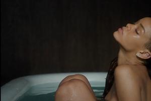 浴缸全裸出镜!RihannaStay[视频]
