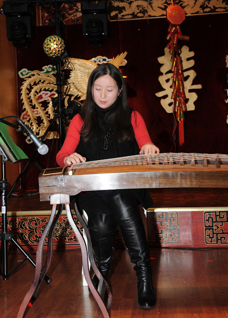 音乐老师关孟华弹奏古筝