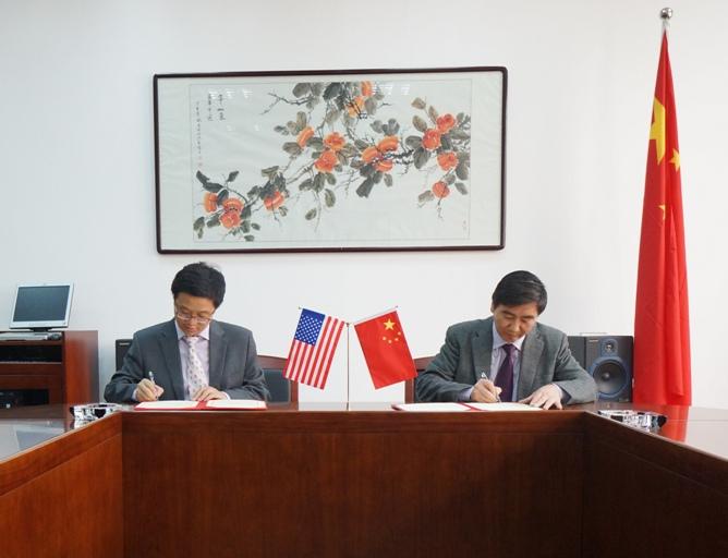 2014-4-3 中国音乐学院附中校长沈诚(右)与朱冰峰签订阳光杯合作协议