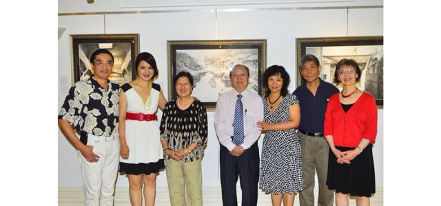 《芝城热点》陈钧钢笔,马克笔画水晶湖市成功展出
