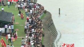 13万游客雨中观赏四年来最大钱江潮