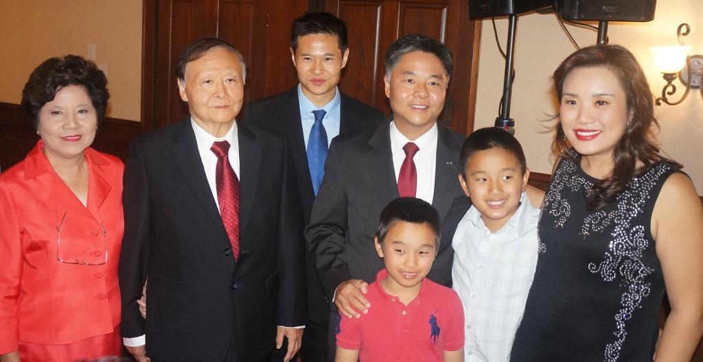 2014-11-4 刘云平选举之夜 宣布当选后全家合影