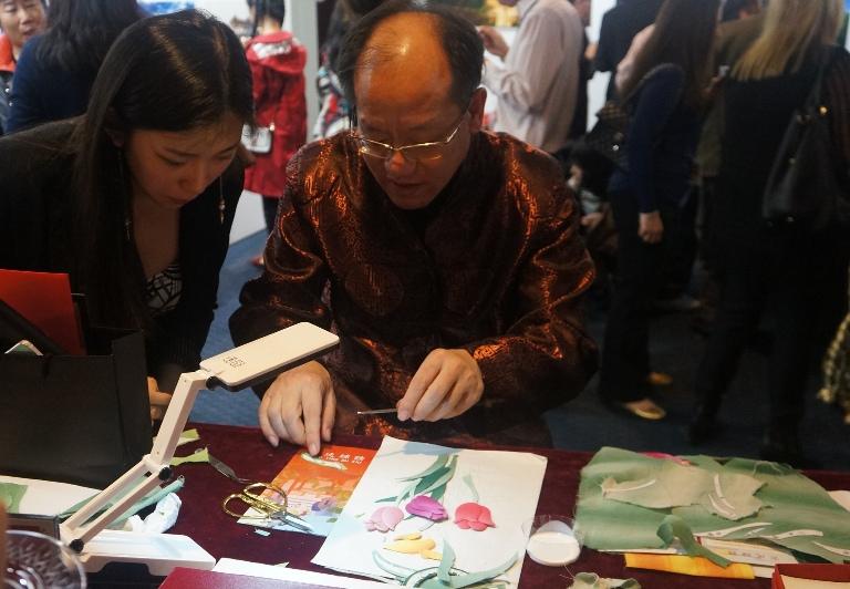 2 2015-2-1 欢度春节 魅力北京 (9) 补绣大师李福强向观众介绍制作工艺 (1)