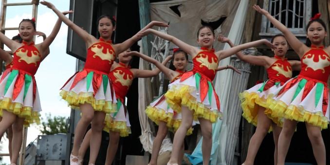 莎士比亚剧院来到中国城  华星艺术团参与表演