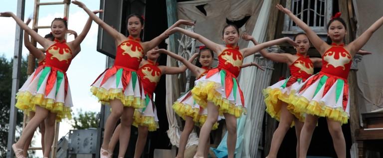 芝加哥华星艺术团在芝加哥市第五届莎士比亚剧夏季公园巡演上尽显中华艺彩