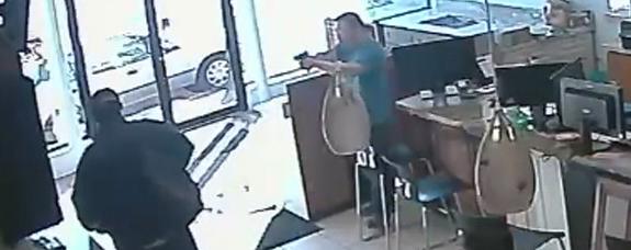 黑人惯犯寻衅滋事:华裔店主拔枪逼退歹徒