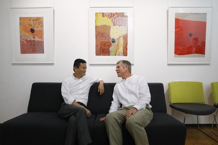 纽卡斯尔大学,马云和他的少年伙伴戴维·莫利(Ken的长子)聊天.